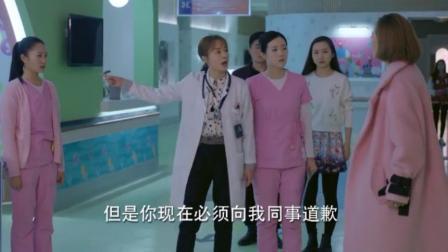 女护士的一句话,家属急了直接就给护士一巴掌,女医生看不下去了