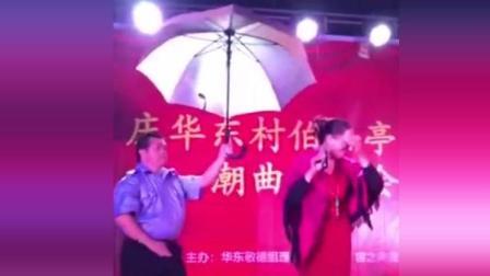 """潮汕大姐雨中唱潮剧, 老兄持雨伞""""伴舞"""""""