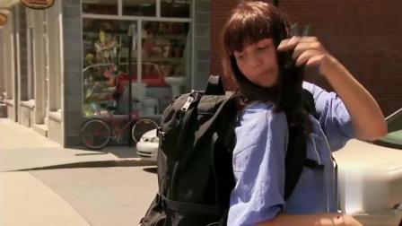 每日一笑: 国外街头恶作剧, 女子手弄脏了请路人帮忙打开背包