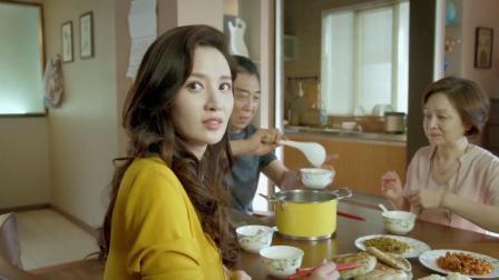 富婆跟丈夫在一起吃早饭,丈夫接了一个电话,富婆的表情瞬间变了