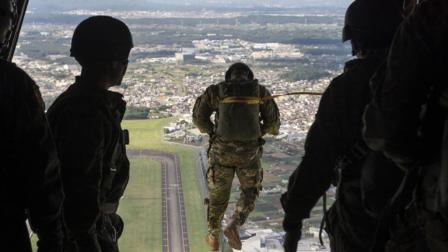 日本自卫队老龄化有多严重? 51岁还在服役, 进行高风险训练