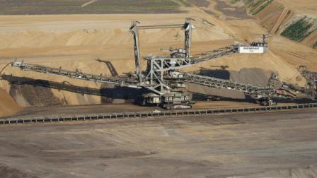 这个钢铁巨兽重上万吨, 相当于2.5个足球场大, 也被称为陆地航母