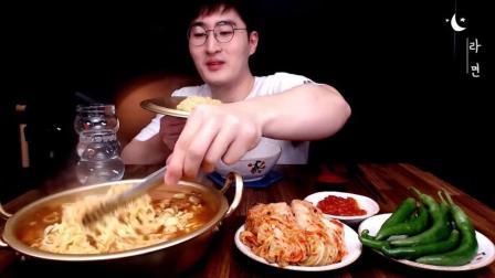 韩国大胃王, 吃一锅方便面, 配上辣白菜和青辣椒, 吃得太过瘾了