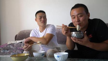 农村小伙请朋友吃饺子, 三样小菜包了一锅, 俩人吃的有滋有味