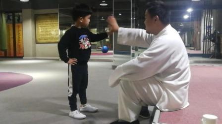 教小学员就需要这样的耐心, 孩子慢慢就找到感觉了, 给馆长点个赞!