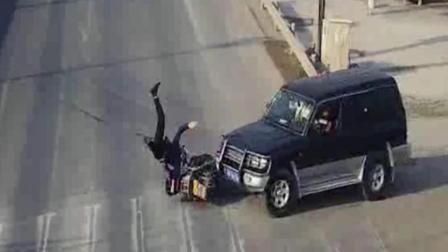 电动车主闯红灯被撞 让轿车赔钱私了