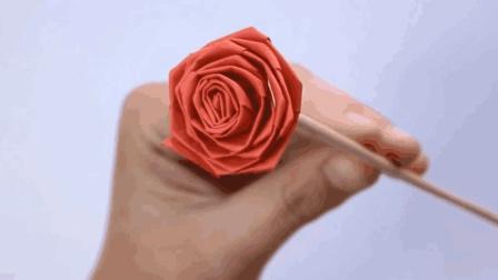 他用一张长纸条折出玫瑰花! 折纸教程!