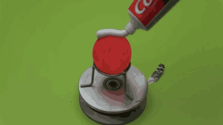 把牙膏挤在高温铁球上, 会发生什么意想不到的事情呢?
