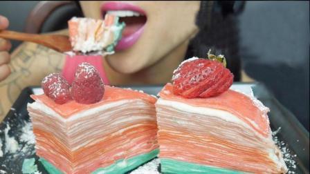 大胃王小姐姐吃彩色千层蛋糕, 一口吃下去嘴角沾满奶油, 感觉好好吃!