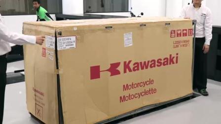 小伙订购的川崎H2 Carbon刚到货, 拉开遮车布后才是惊艳的开始