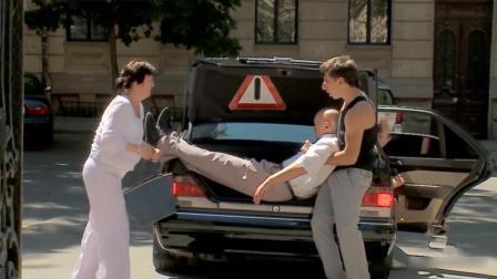 爆笑恶作剧: 路人帮男子往车上抬人, 帮完才知是绑架成共犯, 留在风中凌乱