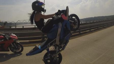 外国美女骑摩托车秀技能, 一点也不输男人, 站在车上回头率100%