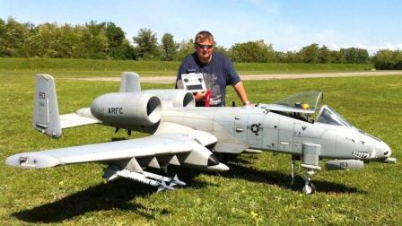超大A10疣猪攻击机航模亮相巴龙罗索航空展会