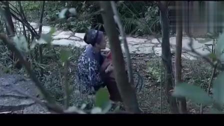 寡妇美女树林里喂小孩吃奶, 被人偷看喔!