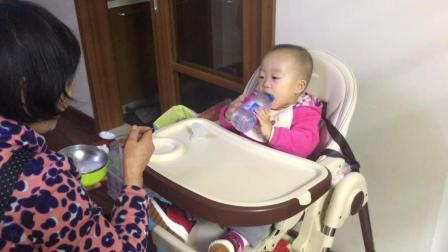 给宝宝喂个饭可真不容易