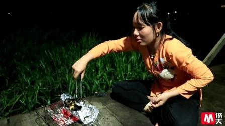 越南姑娘从地笼里拉出来一条江鲶, 用荷叶包着烤了吃超香