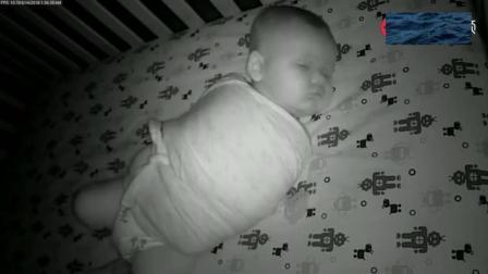 小宝宝被裹成了粽子, 结果睡觉还是拳打脚踢, 分分钟就金蝉脱壳了