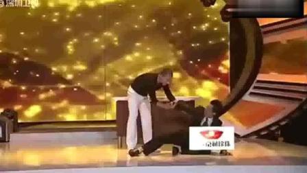 李连杰参加美国脱口秀, 被嘲笑太极功夫, 当场踢坏主持台! 太解气