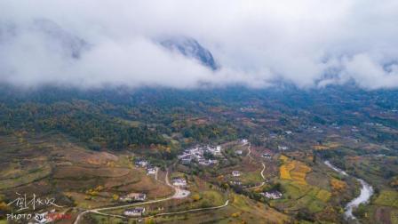 航拍甘肃陇南两当县云屏三峡, 深秋时节, 漫山红遍, 云山雾绕, 恍如仙境