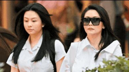 邱淑贞与女儿逛商场买买买 母女同款长发好似姐妹花