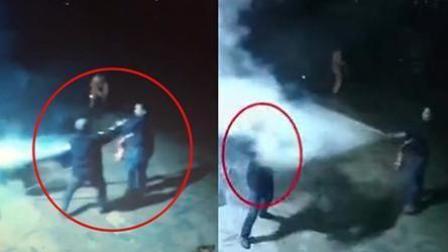 男子点燃加油站还向灭火者喷汽油 救火者持灭火器与男子对喷