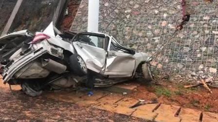 轿车撞上路边警示杆立柱面目全非 30岁司机不幸身亡