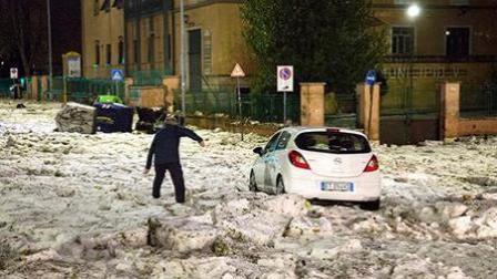 罗马遭遇暴雨巨大冰雹侵袭后交通陷入瘫痪