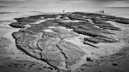干旱湖泊露出一片古墓, 考古者还有意外发现, 里