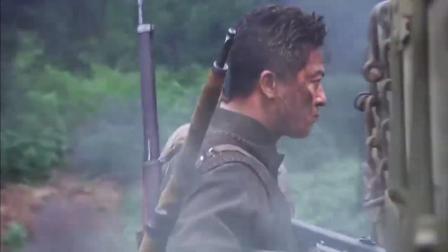 战士背着狙击枪,手拿两把冲锋枪扫射,将鬼子机枪火力点摧毁