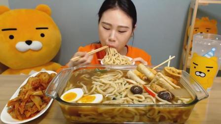 韩国大胃王卡妹, 吃一大锅热乎乎的乌冬面, 配上辣泡菜, 吃的太香了