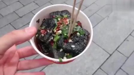 老外不敢吃臭豆腐怕中毒, 尝了口后却瞬间说: 我爱这中国美食