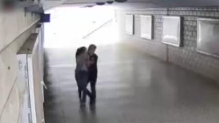 男子大白天偷袭妙龄少女 被监控拍下全过程