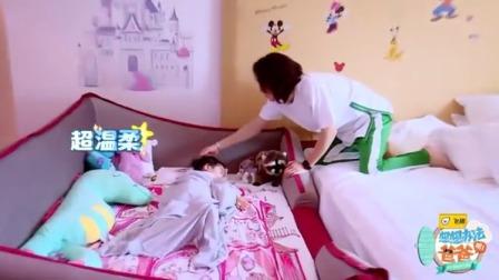 想想办法吧!爸爸:Lucky躺在床上蹬腿玩耍,小脚丫红红的