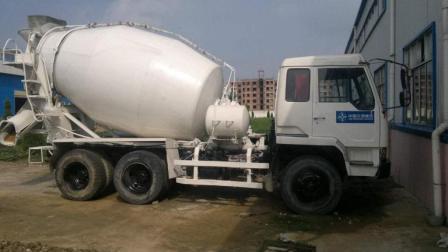 水泥罐车天天运水泥, 为何从来没堵过? 看到这机器你就清楚了
