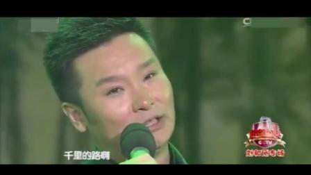 刘和刚双膝跪地献唱《儿行千里》唱着唱着就落泪, 全场观众眼泪狂飙