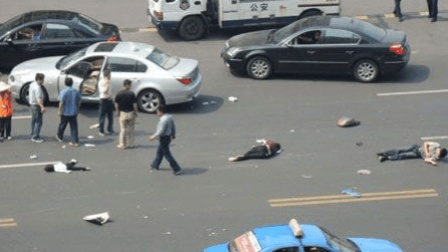女子闯红灯被轿车撞, 满地爬着找孩子, 网友: 可怜之人必有可恨之处!