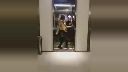 妹子电梯撩人, 尴尬的是别人的女朋友也在现场!