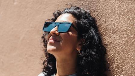 新奇的高科技创意眼镜, 看所有屏幕都是黑色, 你信吗?