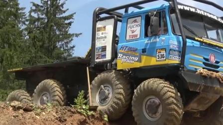 重型卡车的户外越野测试 动力强底盘高 越野爬坡很给力