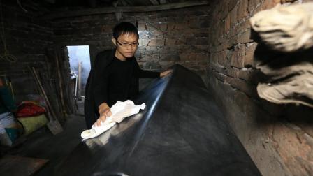 29岁农村小伙买来棺材在家等死, 戏称: 买小了