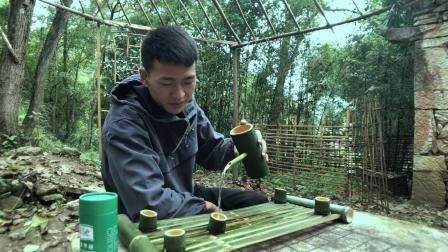 隐居深山, 用砍来的竹子做茶具, 为生活舔一抹淡雅绿意