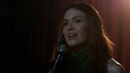 《我们这一天》: 美女酒吧清唱, 歌声动听, 全场