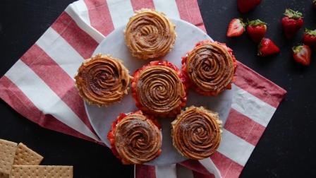 内含丰富奶油、饼干碎和草莓的起司蛋糕饼三明治