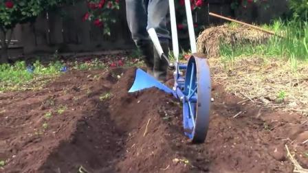 农村68岁大叔发明多功能小工具, 犁地除草全搞定, 一年四季都能用