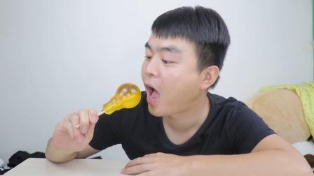 """千万不要吃""""灯泡糖"""", 真的拿不出来, 硬舔了半个小时才拽出来"""