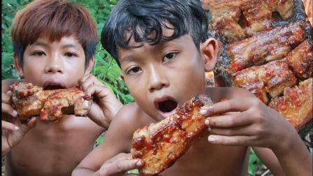 两兄弟野外烧烤五花肉, 鲜嫩香辣大口咬下去满嘴油, 看着就流口水!