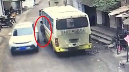 小车转弯过急撞死路人 男子2秒侧身躲过一劫