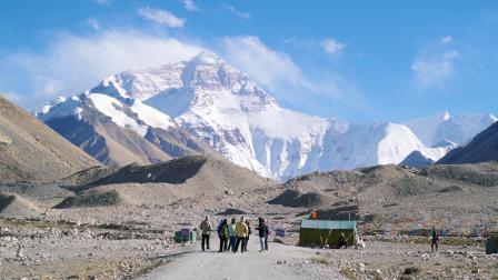 旅行第933天, 小伙开着五菱神车一路颠簸到达珠峰大本营