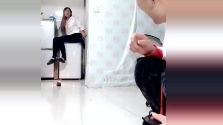 搞笑视频: 小伙拿老鼠来恶