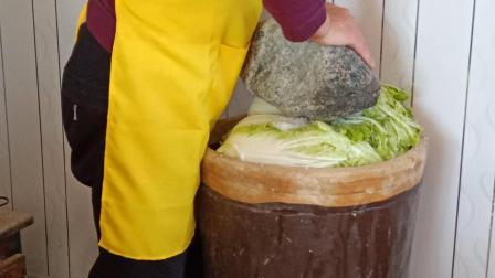 农村传统方法腌制白菜, 吃一年都不坏, 不要的白菜帮还要给它们吃